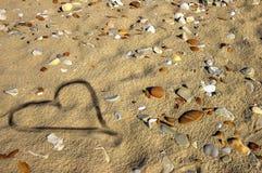 Cuore sulla sabbia bagnata Fotografie Stock
