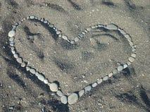 Cuore sulla sabbia dalle pietre Immagini Stock Libere da Diritti