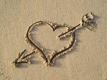 Cuore sulla spiaggia immagini stock