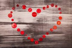 Cuore tricottato rosso e molti bottoni rossi Fotografie Stock Libere da Diritti