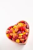 Cuore variopinto Candy di giorno di biglietti di S. Valentino nel verticale ceramico della ciotola Immagine Stock