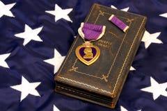 Cuore viola di WWII sulla bandiera americana Fotografia Stock Libera da Diritti