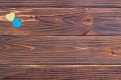 Cuori blu e gialli su fondo di legno Immagini Stock