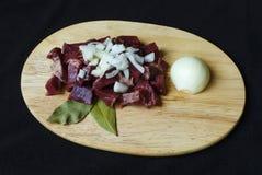 Cuori crudi della carne di maiale affettati su un tagliere Immagine Stock Libera da Diritti