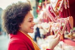 Cuori d'acquisto del pan di zenzero della bella donna in negozio di regalo Fotografie Stock