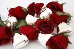 Cuori d'argento con le rose Fotografie Stock Libere da Diritti