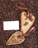 Cuori decorati con i chicchi di caffè con i nastri Immagine Stock