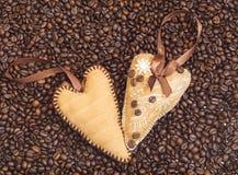 Cuori decorati con i chicchi di caffè con i nastri Immagini Stock