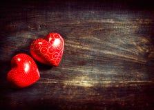 Cuori dei biglietti di S. Valentino sopra legno Immagini Stock