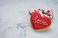 Cuori dei biscotti con amore bianco e rosso della glassa per il giorno del ` s del biglietto di S. Valentino Fotografia Stock Libera da Diritti