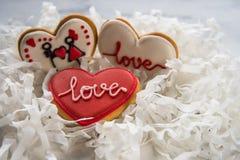 Cuori dei biscotti con glassa bianca e rossa per il giorno del ` s del biglietto di S. Valentino Immagini Stock Libere da Diritti