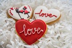 Cuori dei biscotti con glassa bianca e rossa per il giorno del ` s del biglietto di S. Valentino Immagine Stock