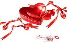 Cuori del biglietto di S. Valentino con i nastri rossi su bianco Fotografie Stock Libere da Diritti