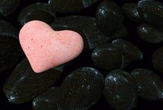 Cuori del biglietto di S. Valentino dal fondo delle rocce - Fotografie Stock Libere da Diritti
