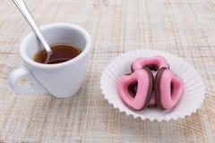 Cuori del biglietto di S. Valentino dei biscotti in un tovagliolo di carta Fotografia Stock Libera da Diritti