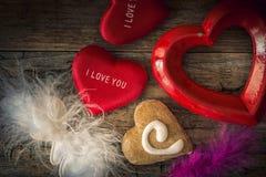 Cuori del biglietto di S. Valentino dei materiali differenti su una parte posteriore di legno d'annata Fotografia Stock Libera da Diritti