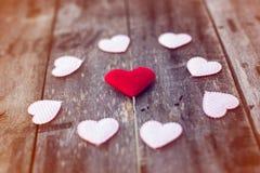 Cuori del biglietto di S. Valentino su fondo di legno Fotografia Stock