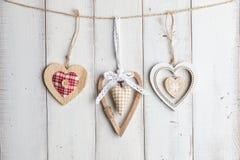 Cuori del biglietto di S. Valentino su fondo di legno Immagini Stock