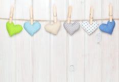 Cuori del giocattolo di giorno di biglietti di S. Valentino che appendono sulla corda Fotografie Stock Libere da Diritti