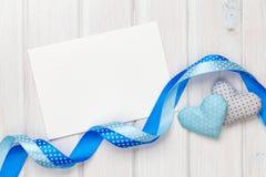 Cuori del giocattolo di giorno di biglietti di S. Valentino e cartolina d'auguri fotografia stock libera da diritti