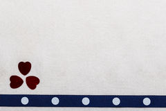 Cuori del nastro punteggiati blu sul panno bianco Immagini Stock Libere da Diritti