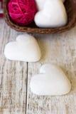 Cuori del pan di zenzero su un fondo di legno Fotografie Stock