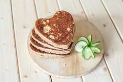 Cuori del pancake su un fondo di legno fotografia stock libera da diritti