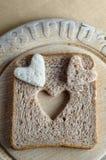 Cuori del pane sulla scheda di pane Fotografia Stock