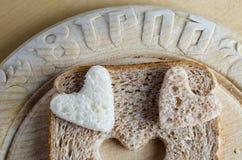 Cuori del pane sulla scheda di pane dell'annata Fotografie Stock Libere da Diritti
