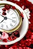 Cuori del St-Biglietto di S. Valentino con l'orologio in una tazza Immagini Stock