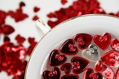 Cuori del St-Biglietto di S. Valentino con una tazza della porcellana Immagini Stock Libere da Diritti