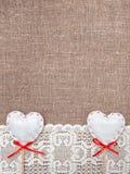Cuori del tessuto e panno di pizzo sulla tela da imballaggio Immagini Stock Libere da Diritti