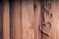 Cuori della carta di giorno di biglietti di S. Valentino su fondo di legno. Immagine Stock Libera da Diritti