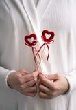Cuori della tenuta per il giorno di biglietti di S. Valentino Fotografia Stock Libera da Diritti