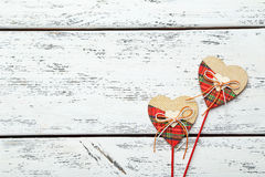 Cuori di amore su un fondo di legno bianco Fotografia Stock Libera da Diritti