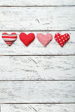 Cuori di amore su un fondo di legno bianco Immagine Stock