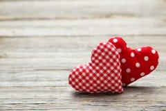 Cuori di amore su un fondo di legno grigio Immagini Stock