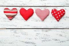 Cuori di amore sui precedenti di legno bianchi Fotografia Stock