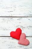 Cuori di amore sui precedenti di legno bianchi Fotografie Stock Libere da Diritti