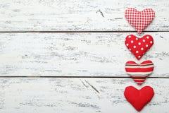 Cuori di amore sui precedenti di legno bianchi Immagine Stock