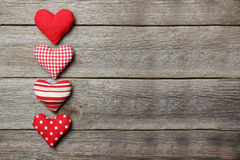 Cuori di amore sui precedenti di legno grigi Immagine Stock