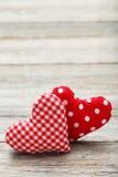 Cuori di amore sui precedenti di legno grigi Fotografie Stock