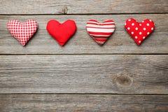Cuori di amore sui precedenti di legno grigi Fotografie Stock Libere da Diritti
