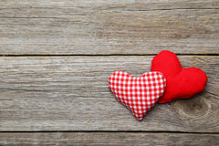 Cuori di amore sui precedenti di legno grigi Fotografia Stock