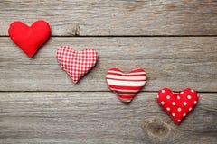 Cuori di amore sui precedenti di legno grigi Immagini Stock