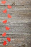 Cuori di amore sui precedenti di legno grigi Fotografia Stock Libera da Diritti