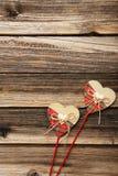 Cuori di amore sui precedenti di legno marroni Immagine Stock