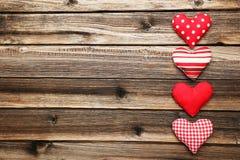 Cuori di amore sui precedenti di legno marroni Fotografie Stock