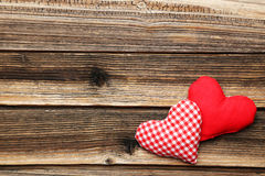 Cuori di amore sui precedenti di legno marroni Immagine Stock Libera da Diritti