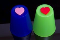 Cuori di amore sulle tazze di plastica Fotografia Stock Libera da Diritti